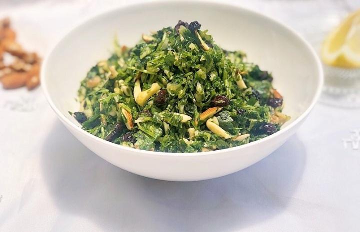 סלט ירוקים בריא עם שקדים, אגוזיםוחמוציות